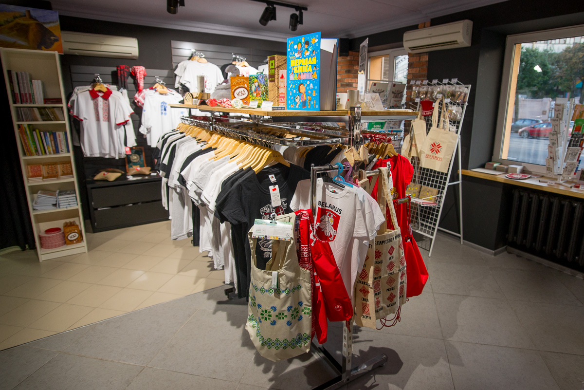 Tourist store of belarusian souvenirs and gifts in the center of Minsk on Mašerava Avenue 18